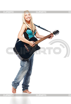 十几岁的女孩发挥着吉他,穿着牛仔裤 | 高分辨率照片 |ID 3032458