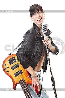 마이크에 기타 노래와 함께 바위-n-롤 소녀 | 높은 해상도 사진 |ID 3032472
