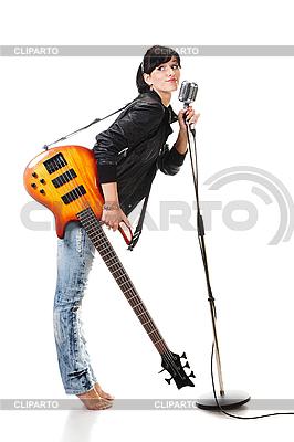 摇滚-N-辊女孩抱着吉他唱歌到麦克风 | 高分辨率照片 |ID 3032476