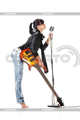 摇滚-N-辊女孩抱着吉他唱歌 | 高分辨率照片 |ID 3032478
