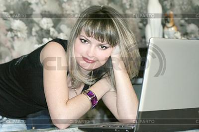 Youn woman with laptop | Foto stockowe wysokiej rozdzielczości |ID 3025826