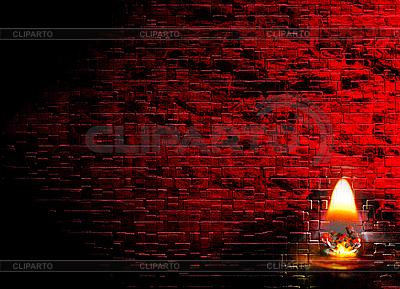 Brennende Kerze und dunkelrote Ziegelmauer | Foto mit hoher Auflösung |ID 3026922