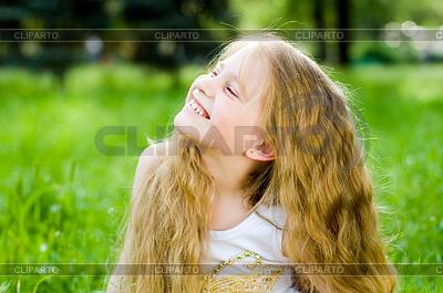 Lächelnd kleines Mädchen draußen | Foto mit hoher Auflösung |ID 3284668