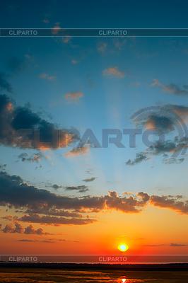 Hermosa puesta de sol sobre el agua | Foto de alta resolución |ID 3038788