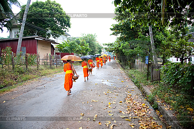 Buddhistische Novizen gehen die Opfer zu sammeln | Foto mit hoher Auflösung |ID 3056409