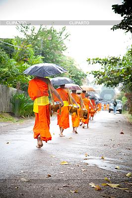 Nowicjusze buddyjskie chodzić do zbierania jałmużny i ofiary | Foto stockowe wysokiej rozdzielczości |ID 3056411