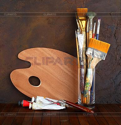 Paleta z pędzlem i farbą | Foto stockowe wysokiej rozdzielczości |ID 3059803