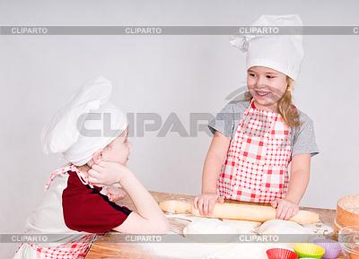 Mädchen und Jungen in Chef `s Hüte   Foto mit hoher Auflösung  ID 3222888