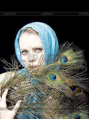 공작 깃털을 가진 아름 다운 여자 | 높은 해상도 사진 |ID 3054214