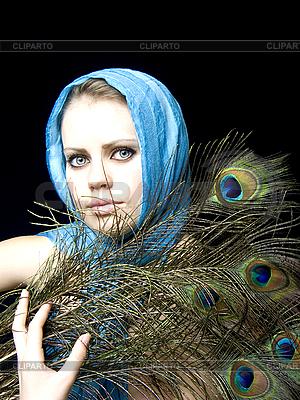 Красивая девушка в платке с перьями | Фото большого размера |ID 3054215