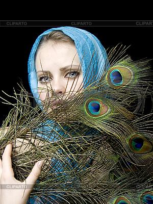 Piękna kobieta z pawich piór | Foto stockowe wysokiej rozdzielczości |ID 3054217