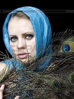 Piękna kobieta z pawich piór | Foto stockowe wysokiej rozdzielczości |ID 3054233