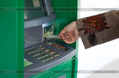 Kobieca ręka z karty kredytowej | Foto stockowe wysokiej rozdzielczości |ID 3050636