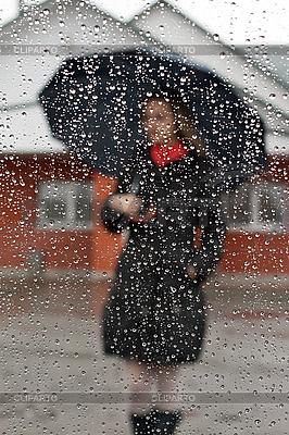 Schönes Mädchen mit rotem Schal und Regenschirm | Foto mit hoher Auflösung |ID 3050641