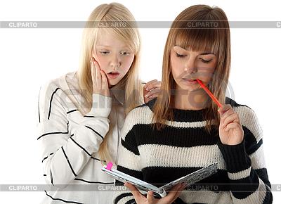 Zwei schöne Mädchen lesen ein Tagebuch | Foto mit hoher Auflösung |ID 3066342