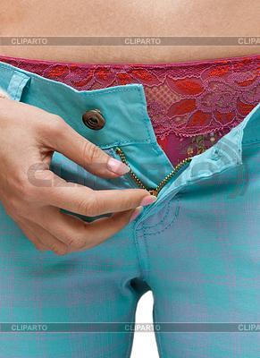 Chica en jeans de tela escocesa con abierto por la mosca | Foto de alta resolución |ID 3307346