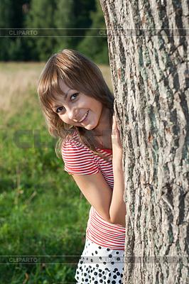 Девка у дерева фото 5 фотография