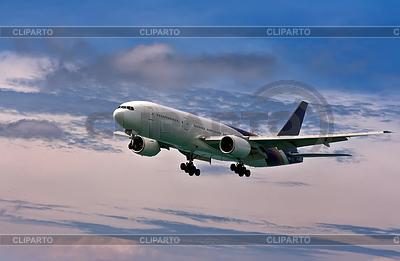 Passagierflugzeug kommt zur Landung auf blauem Himmel | Foto mit hoher Auflösung |ID 3337299