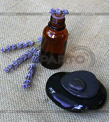 라벤더 꽃과 에센셜 오일의 병   높은 해상도 사진  ID 3110128