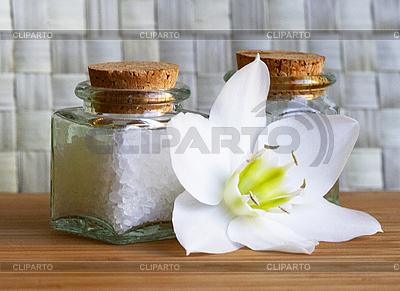 흰 꽃과 바다 소금과 기름 병 | 높은 해상도 사진 |ID 3125832