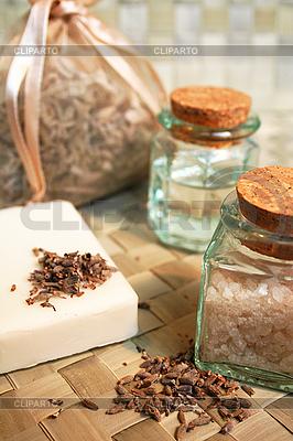 Natürliche Seife, ätherisches Öl und Meersalz | Foto mit hoher Auflösung |ID 3128524