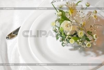 하얀 접시에 꽃의 결혼식의 무리 | 높은 해상도 사진 |ID 3062389