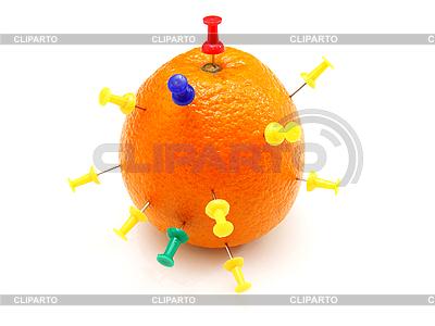 Цветные канцелярские кнопки воткнуты в апельсин | Фото большого размера |ID 3067468