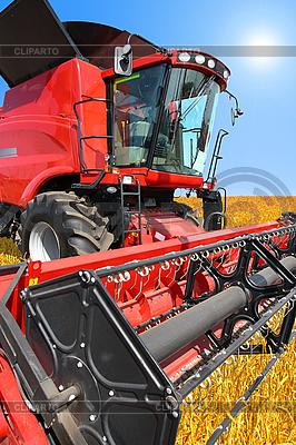 Mähdrescher auf einem Weizenfeld mit einem blauen Himmel | Foto mit hoher Auflösung |ID 3101266