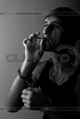 Schlechter Kerl in Handschellen mit einer Zigarette | Foto mit hoher Auflösung |ID 3104771