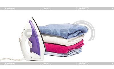 Bügeleisen und Stapel von Kleidern | Foto mit hoher Auflösung |ID 3104910