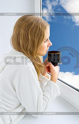 Młoda piękna kobieta picia kawy | Foto stockowe wysokiej rozdzielczości |ID 3104917
