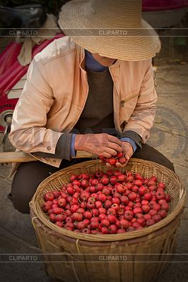 사과 바구니와 함께 중국어 모자 아시아 사람 | 높은 해상도 사진 |ID 3279851