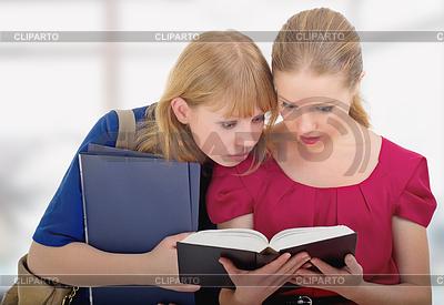 Две симпатичных девочек колледжа, чтение книг | Фото большого размера |ID 3279968