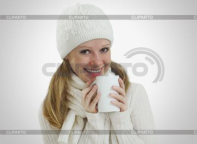 Девушка в зимней шапке и шарфе с горячим напитком | Фото большого размера |ID 3280029