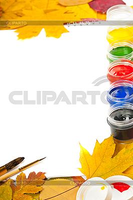Album mit Farben, Pinseln und Herbstblättern | Foto mit hoher Auflösung |ID 3105599