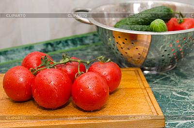 빨간 토마토와 녹색 오이 | 높은 해상도 사진 |ID 3090997