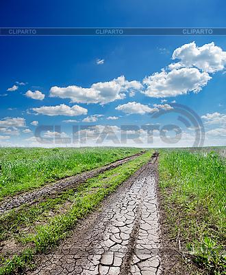 Agrietado camino rural en hierba verde y cielo nublado | Foto de alta resolución |ID 3091287