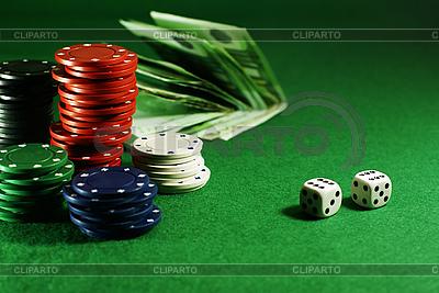 Żetony na zielonym stole | Foto stockowe wysokiej rozdzielczości |ID 3091816