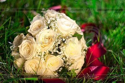 Bukiet ślubny leży w trawie | Foto stockowe wysokiej rozdzielczości |ID 3092920