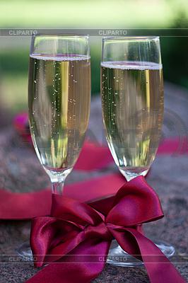 Zwei Gläser Champagner mit rotem Band | Foto mit hoher Auflösung |ID 3092924