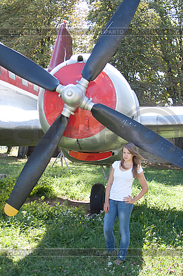 Schönes Mädchen und Flugzeug   Foto mit hoher Auflösung  ID 3092928