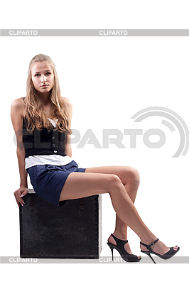 Mädchen sitzt auf einem Koffer | Foto mit hoher Auflösung |ID 3107639
