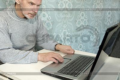 Człowiek pracuje na komputerze | Foto stockowe wysokiej rozdzielczości |ID 3124490