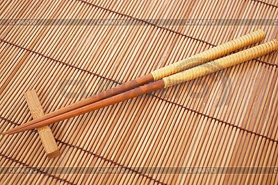 Pałeczki na brązowy mat bambusowych | Foto stockowe wysokiej rozdzielczości |ID 3110686