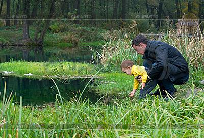 Vater und Sohn am Fluss   Foto mit hoher Auflösung  ID 3104657