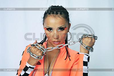 Tänzerin mit einer Kette in der Händen | Foto mit hoher Auflösung |ID 3117574