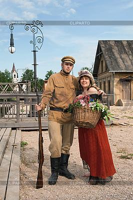 夫妇夫人和士兵在复古风格 | 高分辨率照片 |ID 3158906