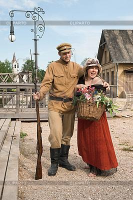 복고 스타일 아가씨와 군인의 커플 | 높은 해상도 사진 |ID 3158907