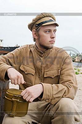 Soldat mit Kessel im Retro-Stil | Foto mit hoher Auflösung |ID 3168388