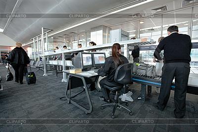 Sicherheitskontrolle im Flughafen | Foto mit hoher Auflösung |ID 3113354